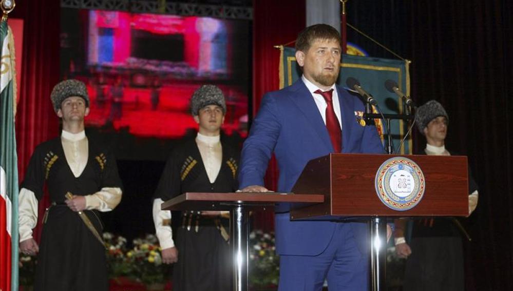 El líder checheno, Ramzán Kadírov, presta juramento como presidente de la república de Chechenia.