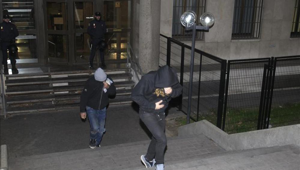 Dos de los radicales detenidos tras la reyerta, saliendo del juzgado