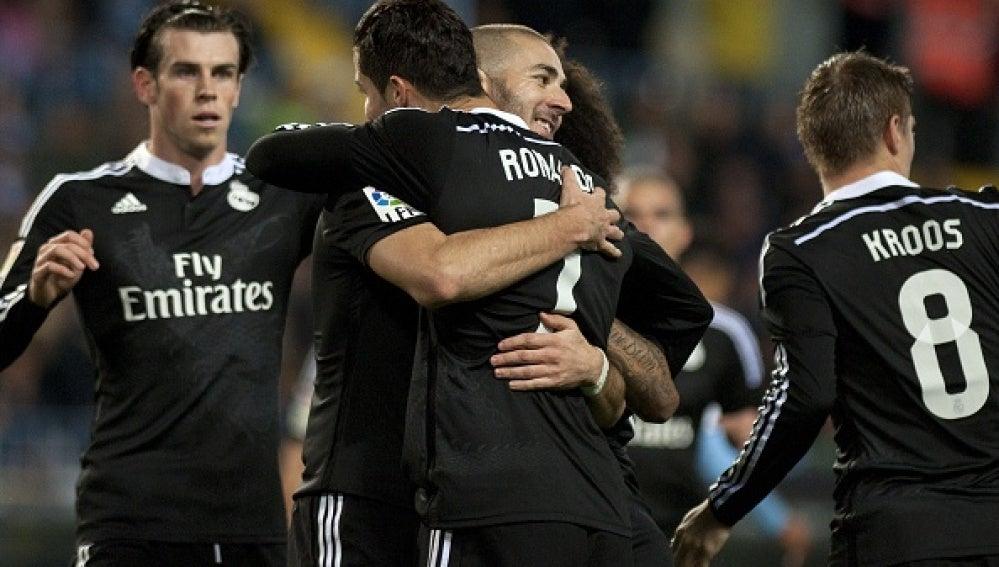 Cristiano Ronaldo se abraza con Benzema