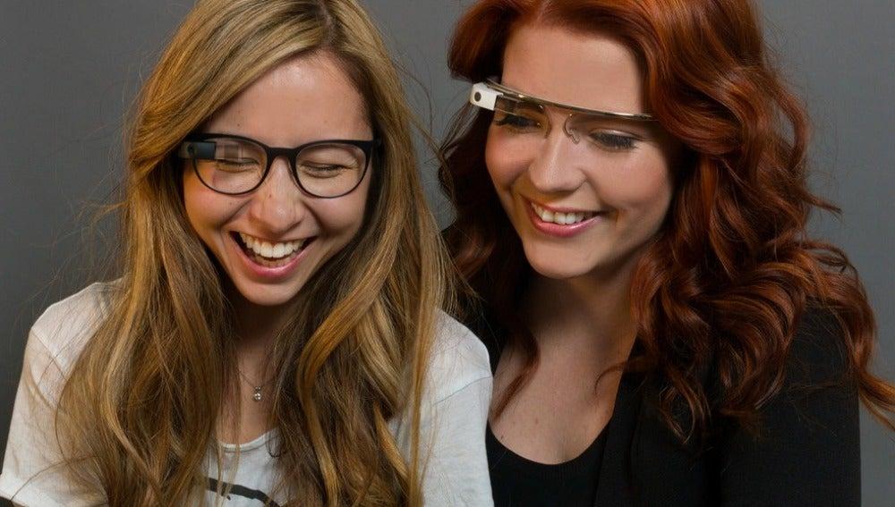 Chicas con unas Google Glass ¿una imagen del pasado?