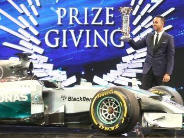 Lewis Hamiton recoge su trofeo de campeón del mundo de Fórmula 1