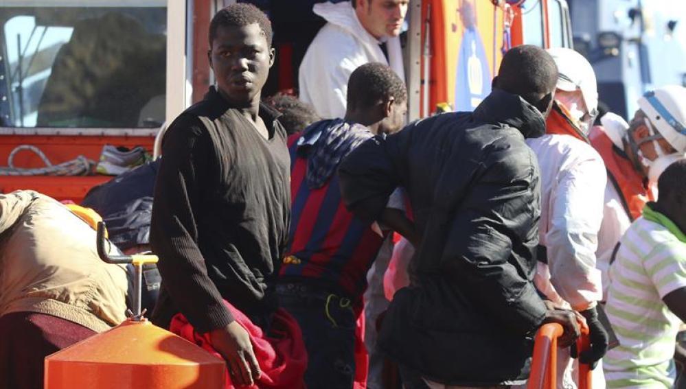 Varios de los inmigrantes rescatados de la patera