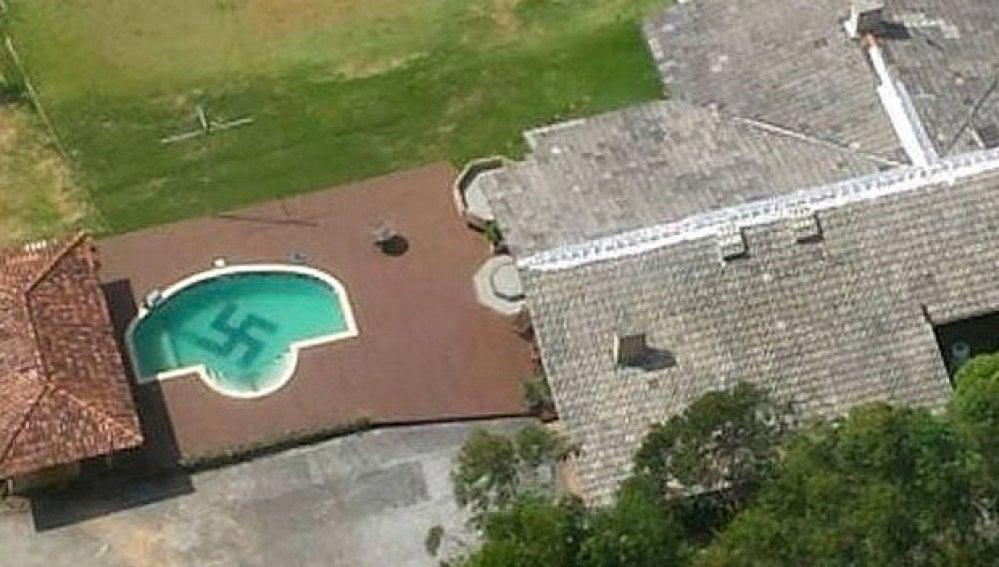 Encuentran una esvástica gigante en una piscina en Brasil