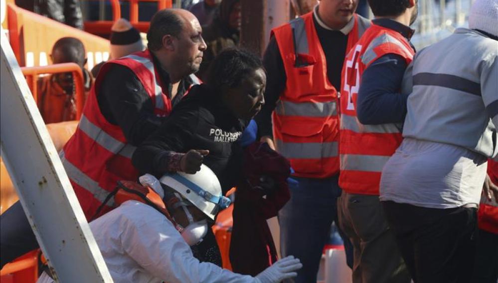 Varios de los 26 inmigrantes rescatados de la patera