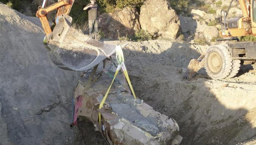 Trabajos de extracción en el yacimiento de Orcau del cuello de un titanosaurio