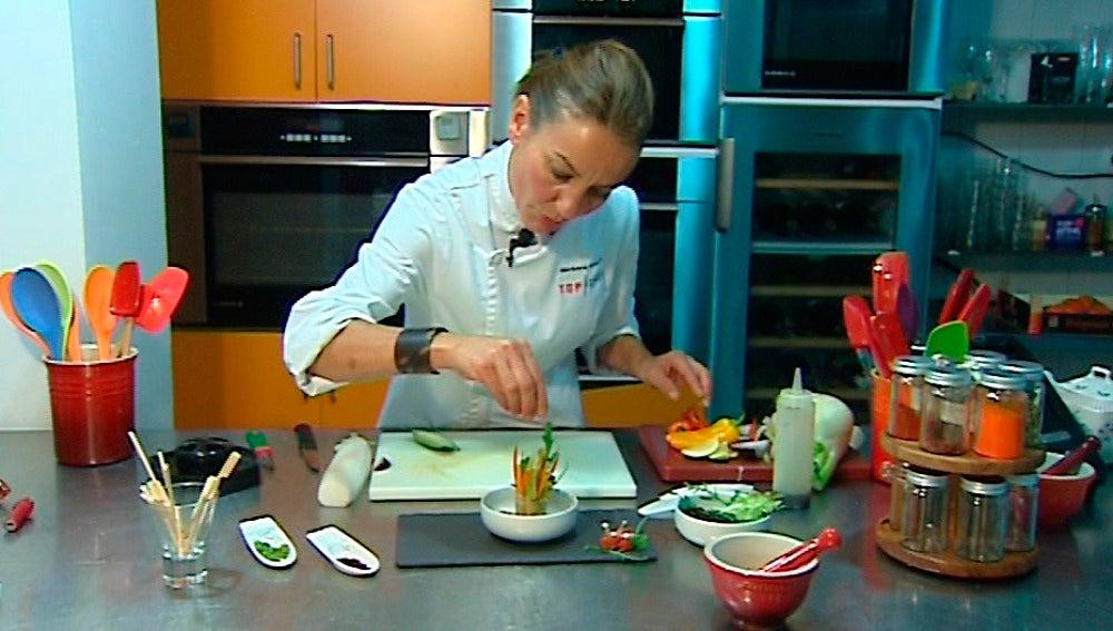 Bárbara cocina un rollito de ensalada