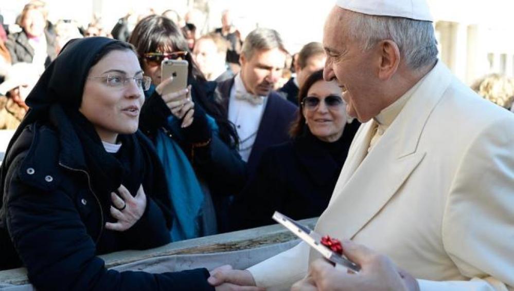 Sor Cristina saluda al Papa Francisco en Roma.