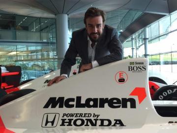 Fernando Alonso en la fábrica de Woking