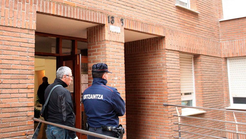 Un agente de la Ertzaintza en la vivienda de Abadiño donde han sido asesinadas dos mujeres