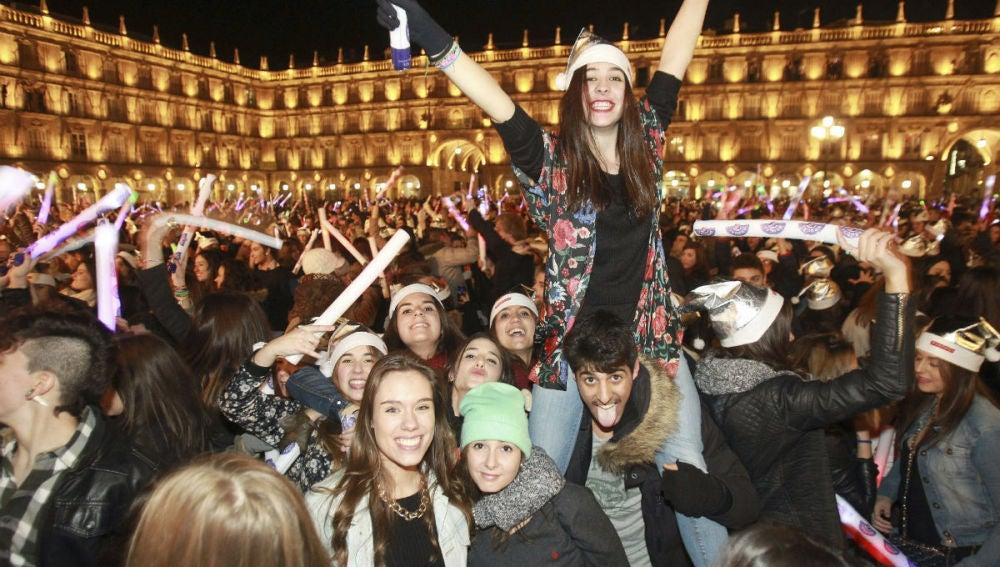 Una joven celebra la Nochevieja Universitaria