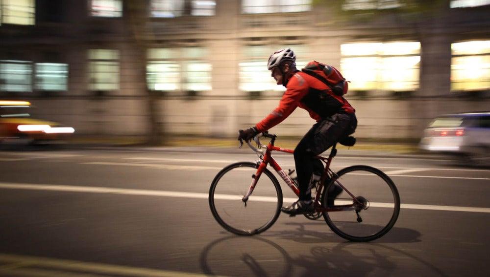 Un ciclista monta en bici por la ciudad