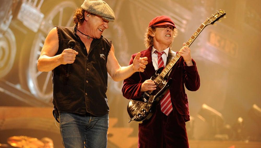 Brian Johnson y Angus Young, durante una actuación en Pennsylvania