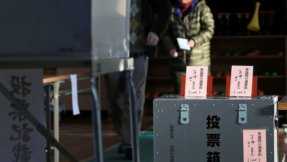 Una mujer ejerce su derecho al voto en Japón