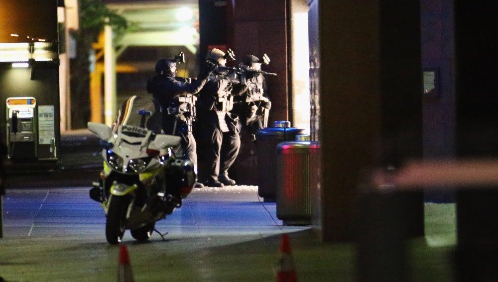 Agentes de la Policía en la entrada al local