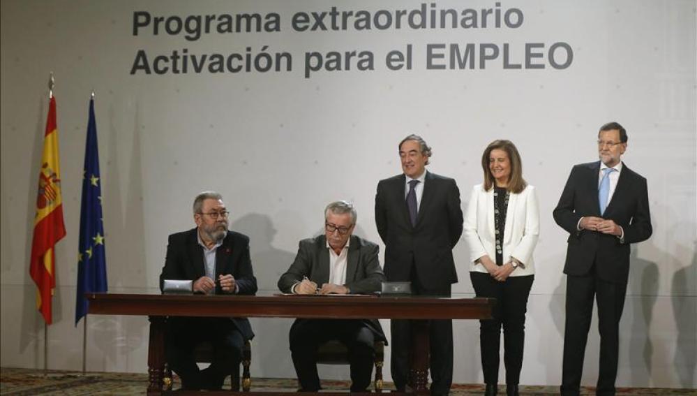 Rajoy firma la nueva ayuda a los parados y los agentes sociales piden más medidas