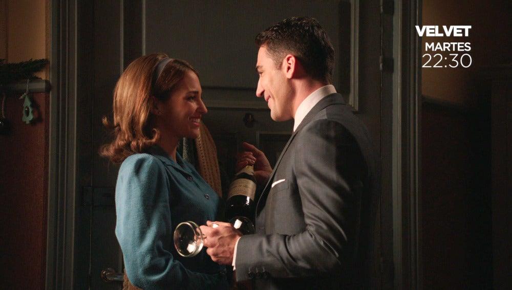 Alberto se presenta en la habitación de Ana con Champagne