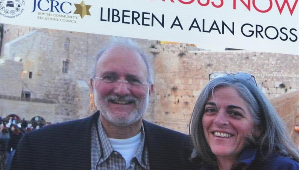 Vista de una pancarta con una imagen de Alan Gross junto a su esposa Judy
