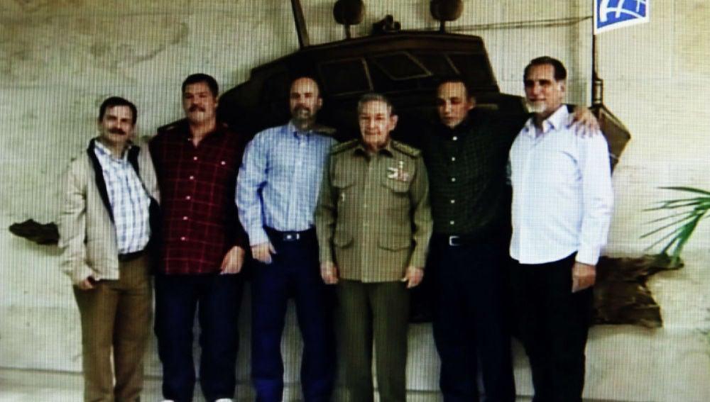 Captura de vídeo del recibimiento de Raúl Castro de los agentes liberados