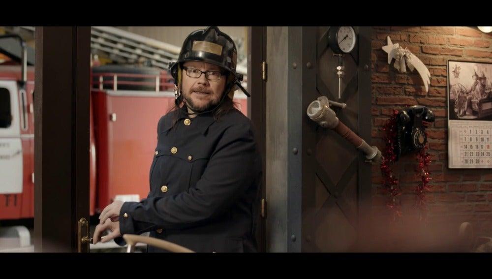 Santiago Segura es un bombero en el anuncio de Campofrio