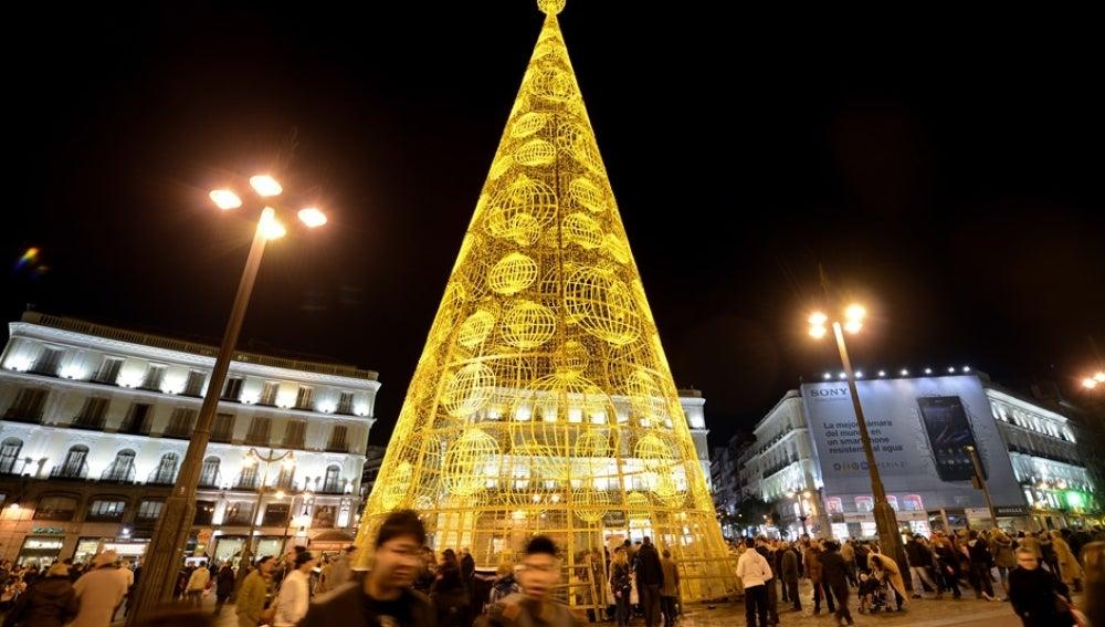 Alumbrado de Navidad en la madrileña Puerta del Sol.