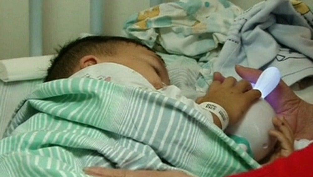 Un niño chino de tres años a la espera de recibir tratamiento médico después de beber ácido sulfurico