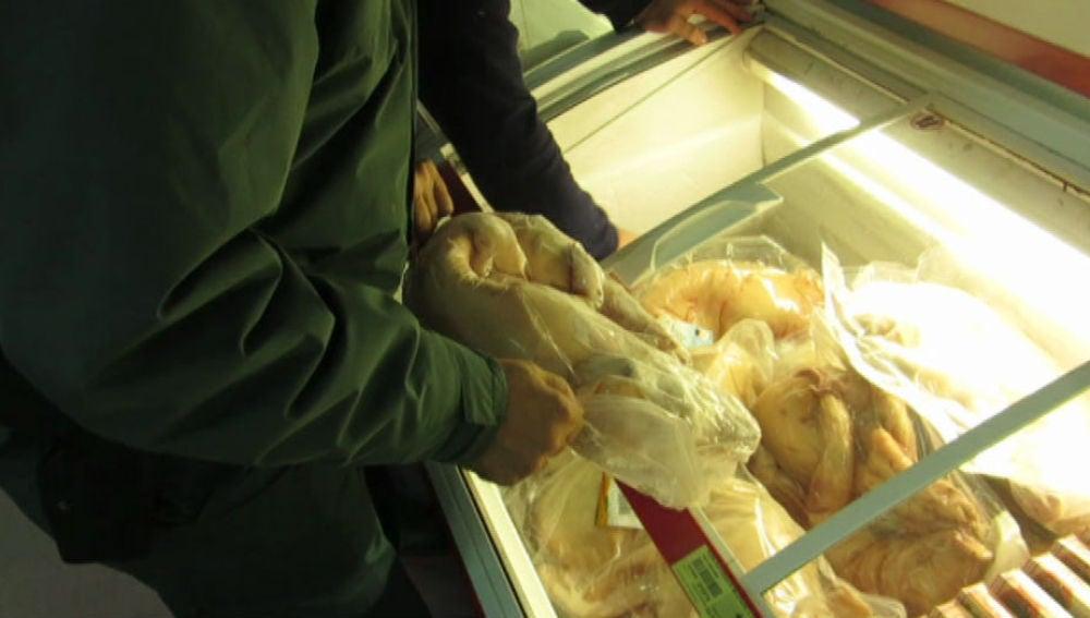La Guardia Civil inspecciona un pollo