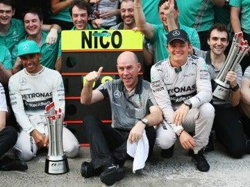 Jock Clear, con Rosberg y Hamilton en una celebración de Mercedes