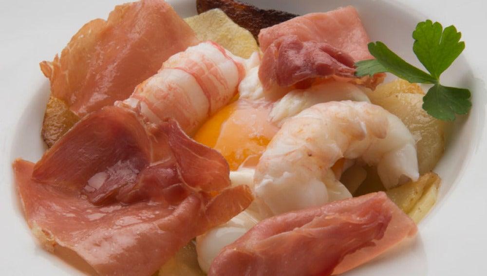 Huevo trufado con patatas, jamón y cigalitas