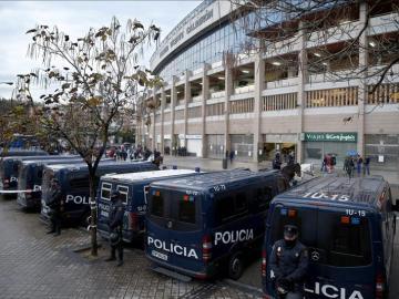 Dispositivo policial en el exterior del estadio Vicente Calderón