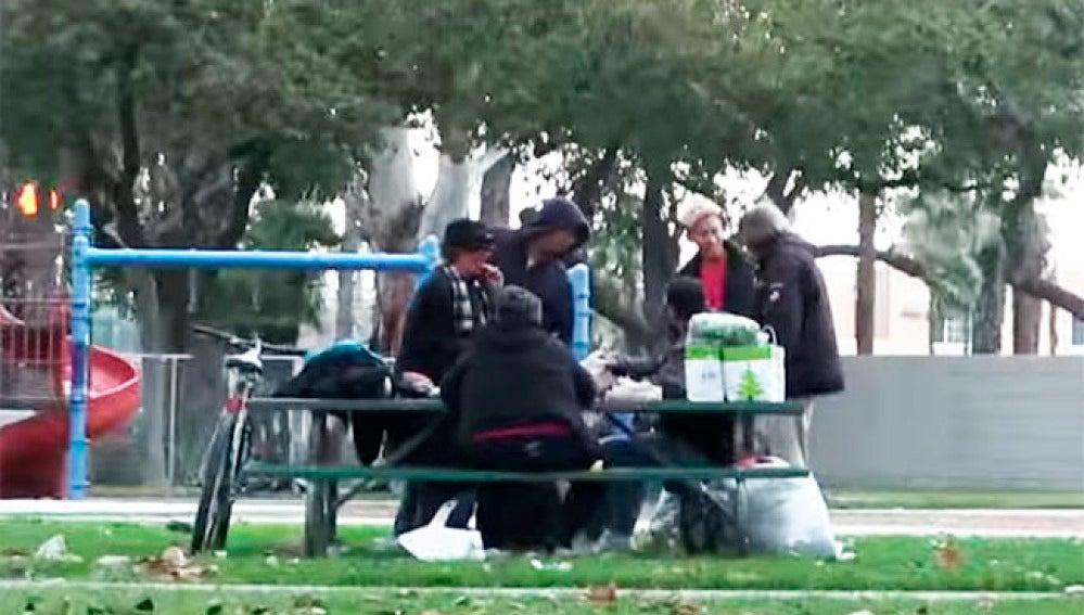Thomas reparte comida entre otros mendigos.