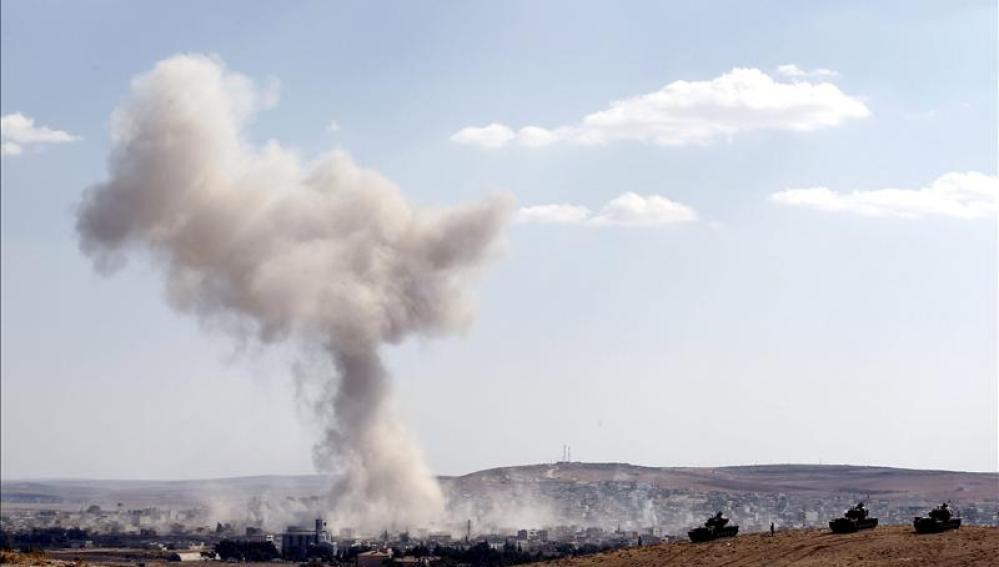 Fotografía tomada desde Turquía que muestra una columna de humo tras un bombardeo aéreo en Kobani.