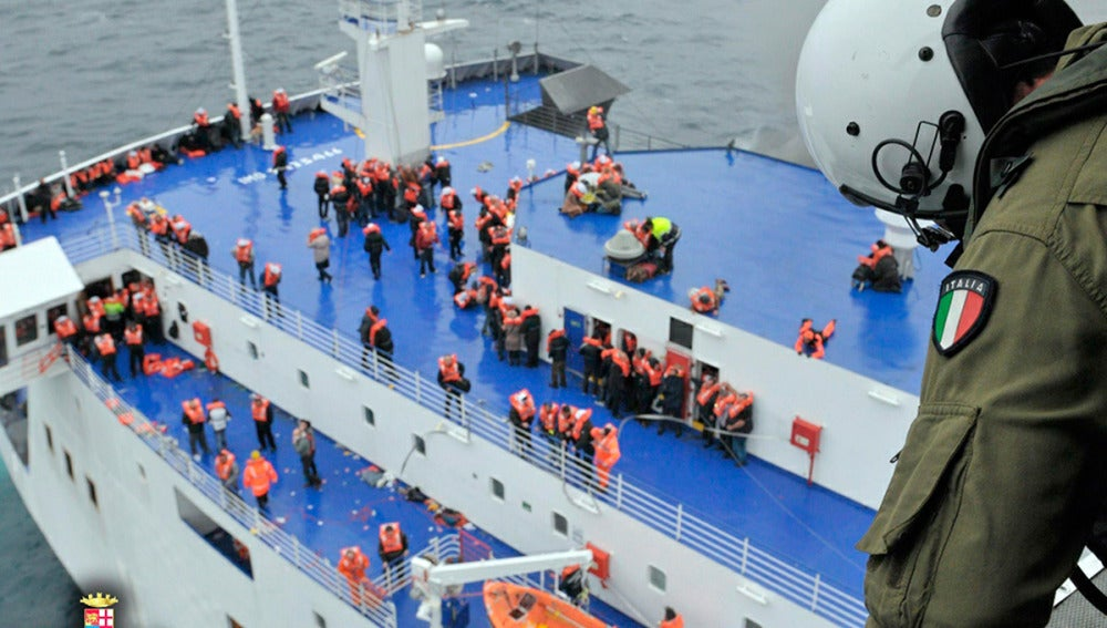 Operación de salvamento del ferry incendiado