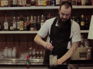 Gintautas Alrlauskas, barman de Sudestada, preparando el cóctel.
