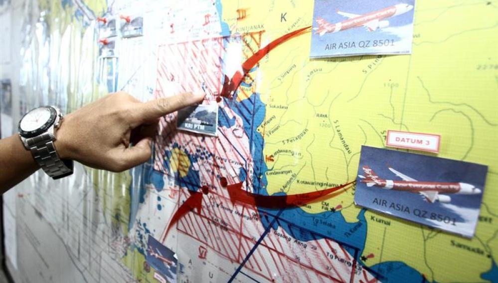 Las autoridades indonesias señalan el área de búsqueda del avión desaparecido