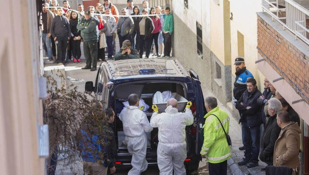 Servicios funerarios trasladan a uno de los fallecidos