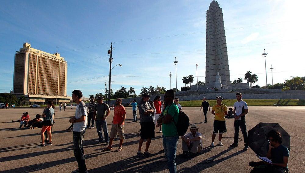 Varias personas se congregan en la Plaza de la Revolución