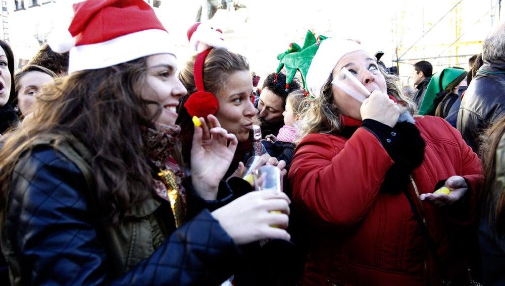 Varias personas se comen las uvas en la Puerta del Sol