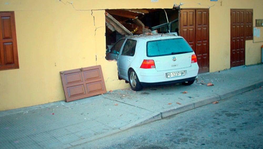 Un coche, empotrado contra un bar en Galicia