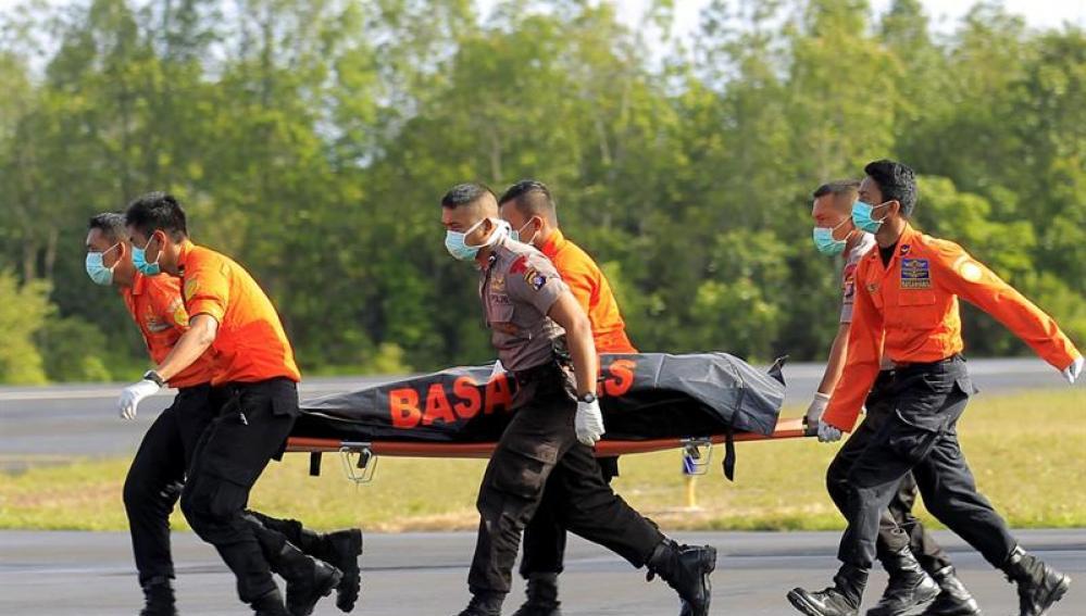 Soldados del Ejército del Aire transportan restos del avión de AirAsia