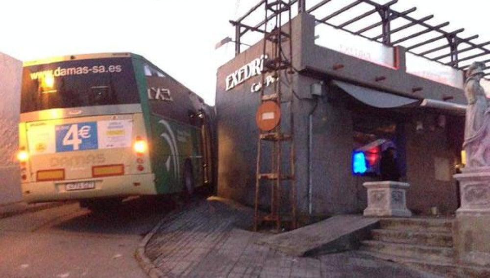 Imagen del autobús robado en Santiponce y aparcado junto a un bar de copas