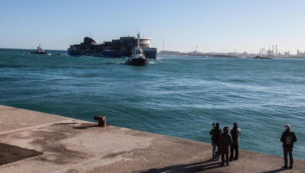El 'Norman Atlantic' llega remolcado a Brindisi