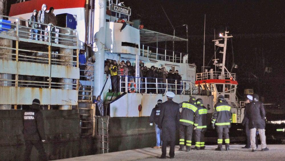 Llegada del 'Ezadeen' al puerto italiano