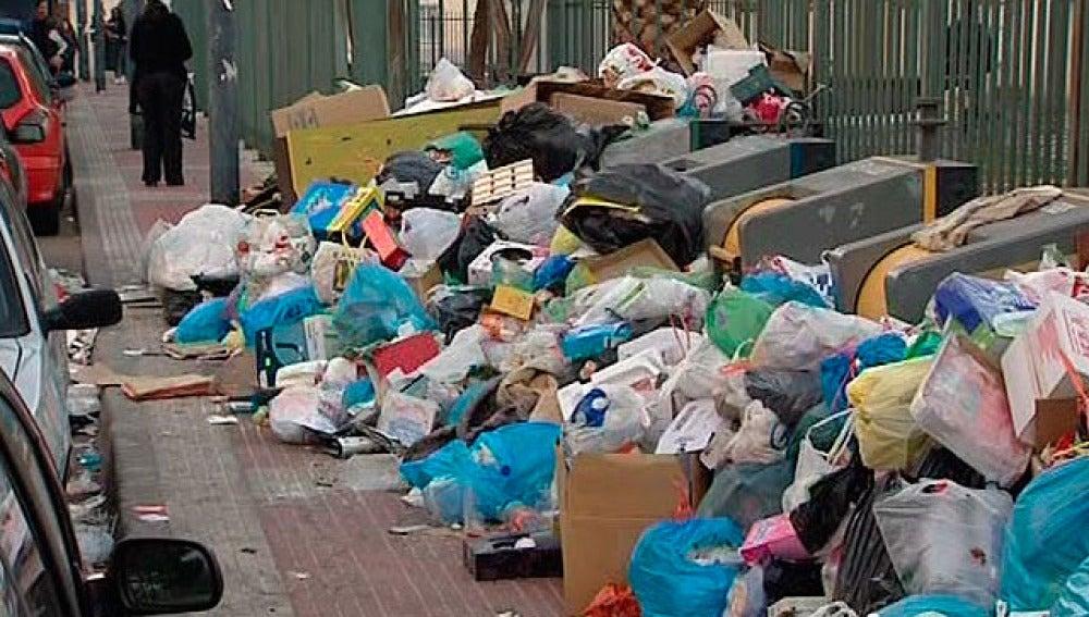 Imagen de la calle de Parla durante la huelga de basuras