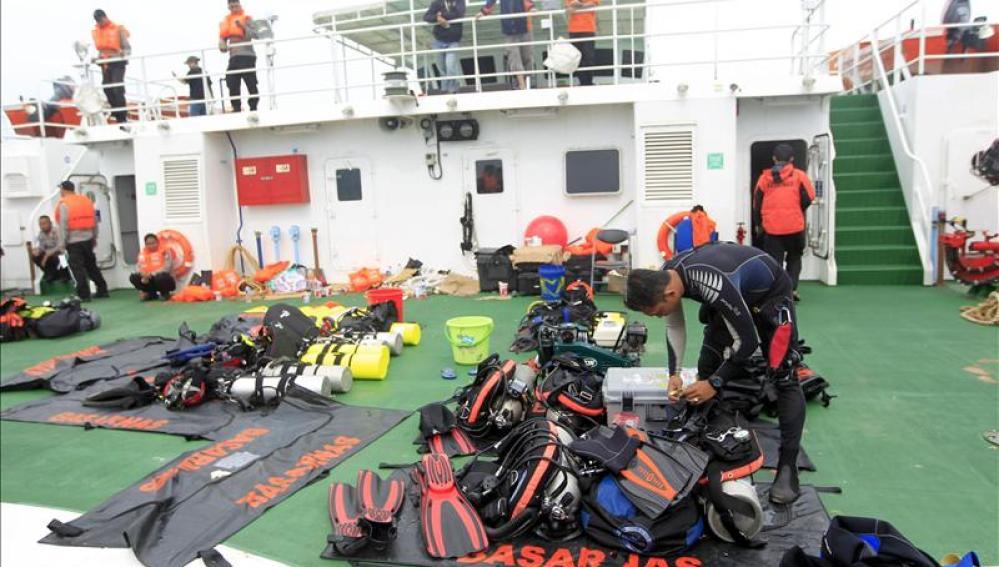 Equipo de rescate en las labores de búsqueda de restos de la aeronave.