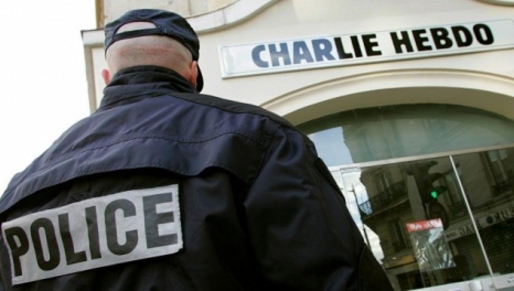 Un gendarme frente a la sede del diario 'Charlie Hebdo'