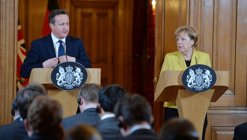 Angela Merkel da una rueda de prensa junto a David Cameron
