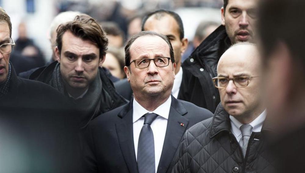 Hollande llega a las oficinas del semanario satírico francés