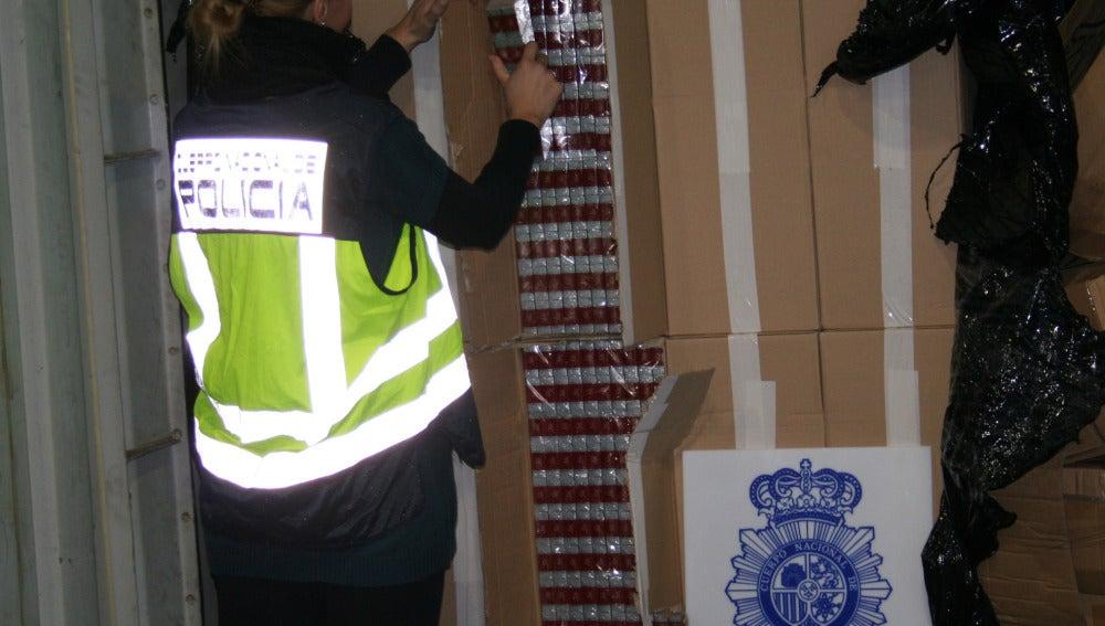 La Policía Nacional interviene en Sevilla un camión con 372.500 cajetillas de tabaco ilegal