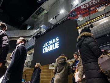 Vigilia por el ataque terrorista al Charlie Hebdo, frente al Newseum en Washington.