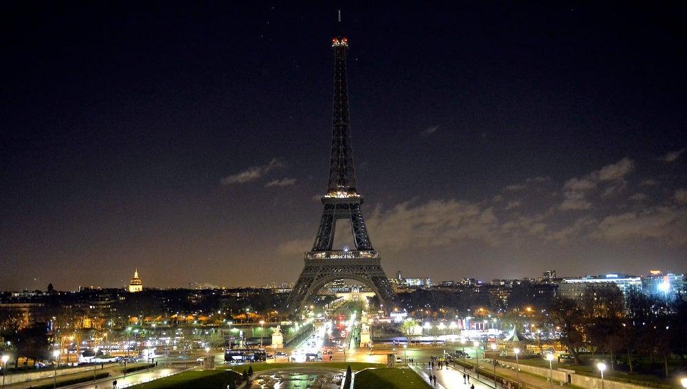 La torre Iffel, apagada en señal de luto por el atentado contra el semanario Charlie Hebdo